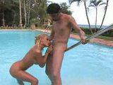Zenza Raggi plení anál u bazénu