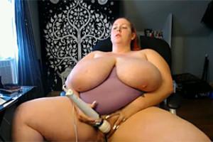 Baculka s obřími prsy si dráždí kundičku!