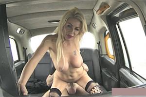 Britský FakeTaxi a blonďatá prsatice Tia Layne!