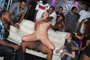 Brooke Wylde: Interracial gang bang v klubu