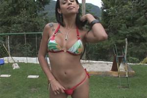 Bruna Rodrigues si honí ocas na zahradě – shemale porno