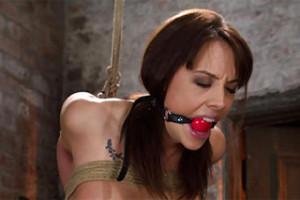 Chanel Preston: Svázaná a přinucená k orgasmu vibrátorem – BDSM porno