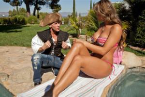 """""""Pirát"""" Johnny Sins oprcá přítelkyni svého spolubydlícího na zahradě!"""