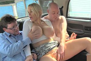 FemaleFakeTaxi, aneb necudná britská taxikářka a dva byznysmeni!