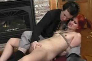Frajer sexuálně potrápí svou svázanou zrzku!