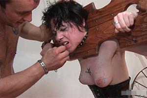 Francouzský šílenec mučí ubohou manželku – extrémní BDSM porno