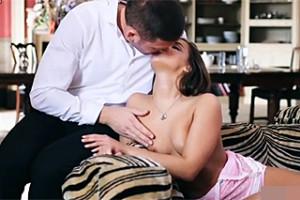 Maturbující Amirah Adaru překvapí milenec v jejím příbytku