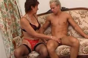 Mladý blonďatý hezoun tajně souloží s tchýní – české rodinné porno