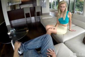 Muž ošoustá mladičkou blondýnku z escortu ve svém apartmánu (POV)