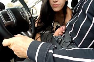 Náhodná nevěra v autě, aneb zadaná stopařka šuká s neznámým řidičem!