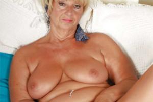 Neohrožená babička Samantha zasouvá dildo do své zachovalé dírky