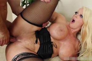 Sexuální mašina Alura Jenson ojede nervózního zajíčka