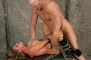 Svázaná, mučená a ojetá blondýnka Charisma Cappelli – BDSM porno