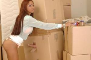 Vedoucí skladu Katia Lys a cizí penis v krabici!