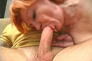 Vitální zrzavá babička ukojí svou touhu po penisu!