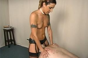 Zkušená domina Fiona Cheeks píchá anál otroka – BDSM porno