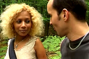 Ztracená Ebony si s ochotným kolemjdoucím análně zašuká ve stanu